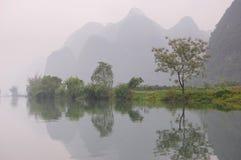 Montagnes se reflétant dans le fleuve Photographie stock libre de droits