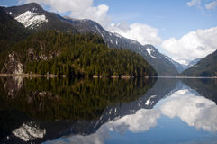 Montagnes se reflétantes, bras indien, Colombie-Britannique Photo libre de droits