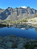 Montagnes se reflétantes de lac Photos libres de droits