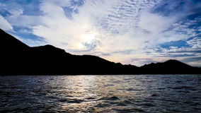 Montagnes sombres et coucher du soleil léger Image libre de droits