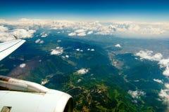 Montagnes sous l'aile des aéronefs Photos stock