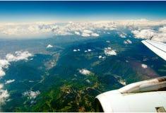 Montagnes sous l'aile des aéronefs Images libres de droits