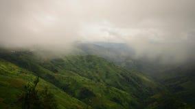 Montagnes sous la brume de rayon léger et de roulement dans le Laotien de matin clips vidéos