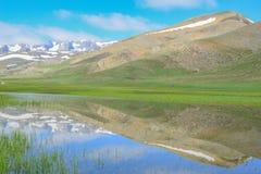 montagnes spectaculaires et beautés saisonnières de ressort Photos libres de droits