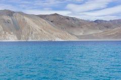 Montagnes stériles en contexte de lac bleu Image stock