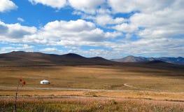 Montagnes, steppe et ciel avec de beaux nuages Nature d'automne mongolia images stock