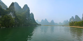 Montagnes sur l'eau image libre de droits