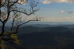 Montagnes, une ville d'attraction touristique au Laos du nord Images libres de droits