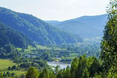 Montagnes vert clair pendant l'été photographie stock