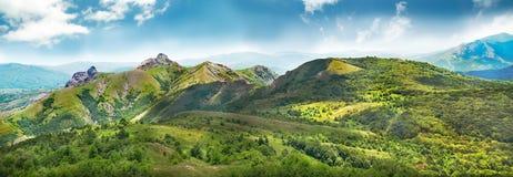 Montagnes vertes couvertes de forêt Photographie stock