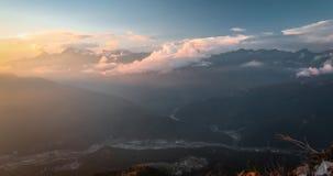 Montagnes vertes dans les nuages, Sotchi, Russie banque de vidéos