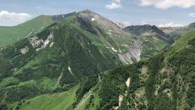 Montagnes vertes de tir de Caucase au téléphone portable, concept de voyage banque de vidéos