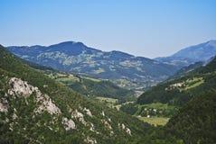 Montagnes vertes en jour ensoleillé Photo libre de droits