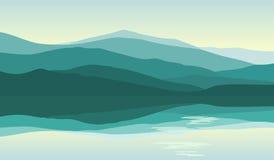 Montagnes vertes reflétées dans l'eau illustration libre de droits