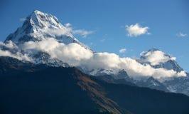 Montagnes visualisées du journal de hausse à l'annapurna Image stock