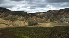Montagnes volcaniques color?es magnifiques en parc de vall?e Landmannalaugar Islande ? l'heure d'?t? photos libres de droits