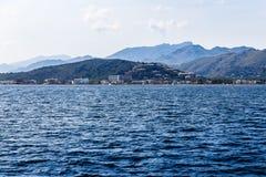 Montagneux et rivage dans la distance photos libres de droits