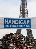 Montain der Schuhe in der Frontseite der Eiffelturm Stockfotos