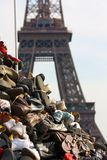Montain der Schuhe in der Frontseite der Eiffelturm Lizenzfreie Stockfotografie