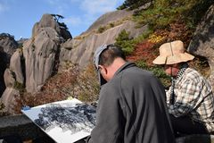 MONTAINS AMARILLO, ANHUI PROVICE, CHINA - CIRCA OCTUBRE DE 2017: Los dos pintores en el Huangshan, montañas amarillas, en el prov imagenes de archivo