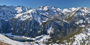 Montains av Neouvielle den nationella naturreserven med sjön arkivfoton
