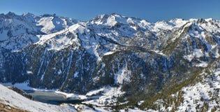 Montains della riserva naturale nazionale di Neouvielle con il lago Fotografie Stock