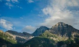 Montains en blauwe hemel in Italië Royalty-vrije Stock Afbeeldingen