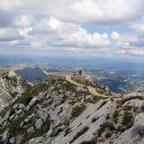 Montains unter dem Himmel lizenzfreies stockbild