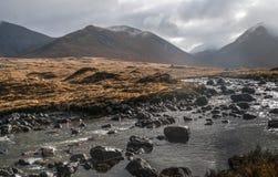 Montains y torrente en Sligachan Foto de archivo