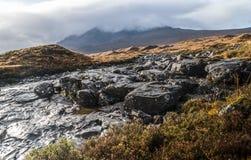 Montains y torrente en Sligachan, isla de Sye, Escocia Fotos de archivo libres de regalías