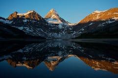 Montaje Assiniboine con la reflexión Imagen de archivo libre de regalías