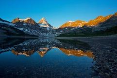 Montaje Assiniboine con la reflexión Imagen de archivo