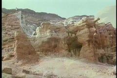 Montaje de las formaciones de roca del desierto almacen de video