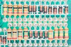 Montaje de los condensadores y del resistor en la placa de circuito Fotografía de archivo