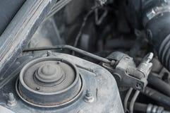 Montaje del amortiguador de choque del coche en el compartimiento del reactor imágenes de archivo libres de regalías