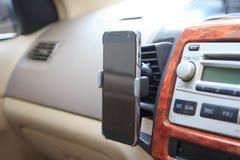 Montaje en la rejilla de ventilación del aire del tenedor del teléfono Fotografía de archivo libre de regalías