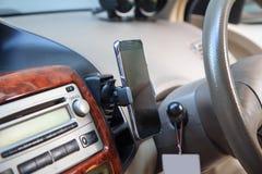 Montaje en la rejilla de ventilación del aire del tenedor del teléfono Fotos de archivo