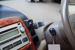Montaje en la rejilla de ventilación del aire del tenedor del teléfono Imágenes de archivo libres de regalías
