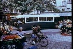 Montaje - reconstrucción de la escena de la calle de los años 30 en París metrajes