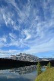 Montaje Rundle reflejado en el lago two Gato Fotos de archivo libres de regalías