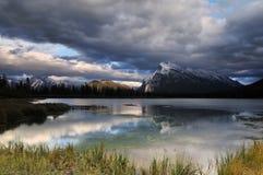 Montaje Rundle y lagos bermellones en la puesta del sol Fotografía de archivo libre de regalías