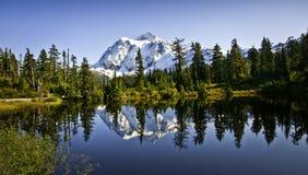 Montaje Shuksan en el lago picture Imagen de archivo libre de regalías