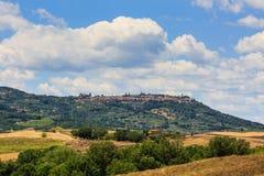 Montalcino dalla regione toscana San Quirico d Orcia, Italia fotografia stock libera da diritti