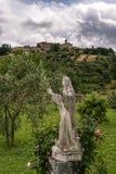 MONTALCINO, TUSCANY/ITALY - 20 DE MAYO: Estatua en los argumentos del Sa Imagen de archivo libre de regalías