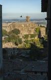MONTALCINO, TUSCANY/ITALY : LE 31 OCTOBRE 2016 : Belles rues étroites de ville de Montalcino avec la vue de forteresse Photos stock