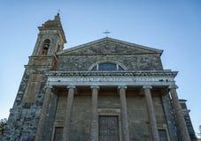 MONTALCINO, TUSCANY/ITALY: 31 OKTOBER, 2016: Kerk van de Heilige Verlosser in Montalcino tijdens een zonnige dag, Val D ` Orcia T stock afbeelding