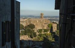 MONTALCINO, TUSCANY/ITALY: 31 OKTOBER, 2016: Mooie Smalle Straten van Montalcino-Stad met Vestingsmening stock foto