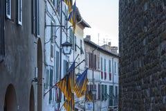 MONTALCINO TUSCANY/ITALY: OKTOBER 31, 2016: Smal gata i historisk mitt av den Montalcino staden, Val D ` Orcia, Tuscany, Italien royaltyfria bilder