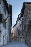 MONTALCINO TUSCANY/ITALY: OKTOBER 31, 2016: Smal gata i historisk mitt av den Montalcino staden, Val D ` Orcia, Tuscany, Italien arkivbild