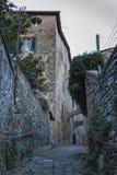 MONTALCINO, TUSCANY/ITALY: 31 OKTOBER, 2016: Smalle straat in historisch centrum van Montalcino-stad, Val D ` Orcia, Toscanië, It stock afbeelding